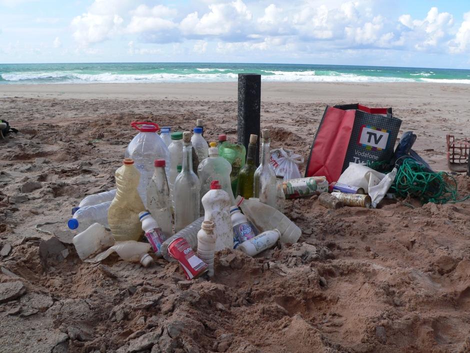 Lixo recolhido na praia da Almagreira