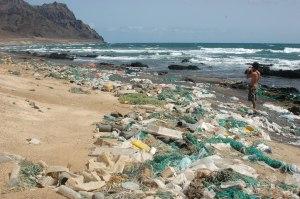 Ilha de plástico na praia dos Achados na ilha de Santa Luzia em Cabo Verde.