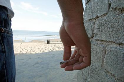 Beatas de cigarro poluem milhões de litros de água. Vai continuar a atirar beatas para o chão?