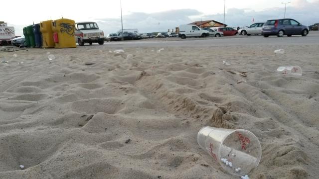 Copos de plástico em zonas balneares são um atentado ambiental