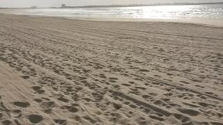 Esta praia ao longe parece limpa, não?