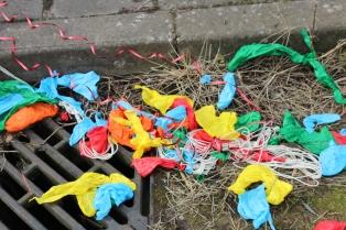 Depois da sarjeta, o destino dos balões será o mar.