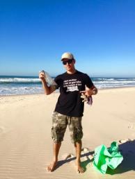 Garrafas de água de plástico poluem as nossas praias